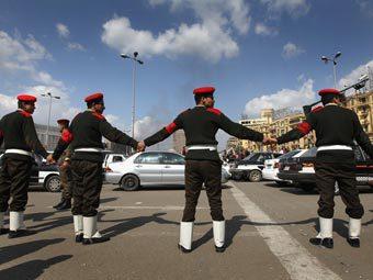 Солдаты в оцеплении в Каире. Фото ©AFP