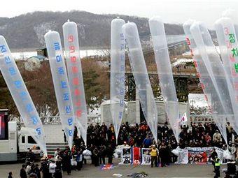 """Активисты запускают в КНДР шары с листовками и надписью """"Сбросьте диктатуру Ким Чен Ира"""". Архивное фото ©AP"""