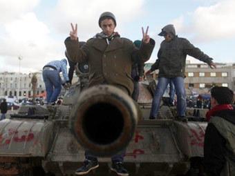 Ливийские демонстранты на захваченном танке. Фото ©AFP
