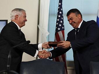 Роберт Гейтс и Анатолий Сердюков. Фото ©AFP