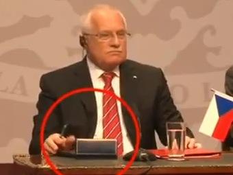 Вацлав Клаус с протокольной ручкой в руке. Кадр видеозаписи с сервиса YouTube