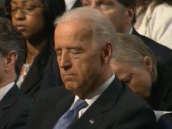 Джо Байден слушает речь Барака Обамы. Кадр из видеозаписи ©AP