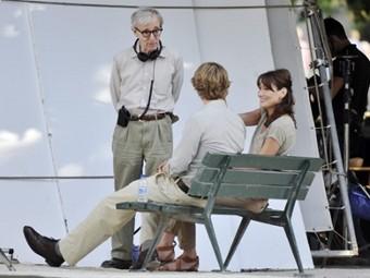 Вуди Аллен, Оуэн Уилсон и Карла Бруни на съемочной площадке. Фото ©AFP