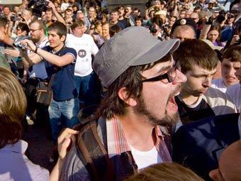 """Александр Артемьев (в кепке) на Триумфальной площади 31 мая 2010. Фото """"Ленты.Ру"""""""