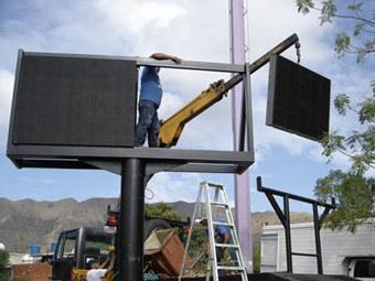 Установка экрана наружной рекламы в Венесуэле. Фото с сайта eraled.cn