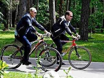 Медведев и Путин на великах