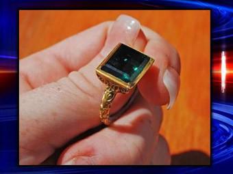Обнаруженное кольцо с изумрудом. Кадр телеканала CBS