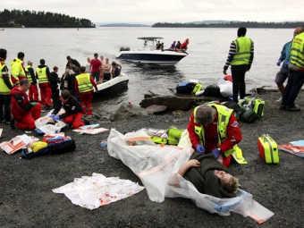 Работники экстренных служб оказывают помощь раненым на острове Утойя. Фото ©AFP