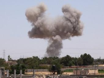 Дым в результате одного из авиаударов НАТО. Фото ©AFP