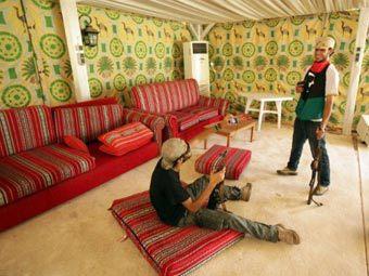 """Повстанцы в правительственном комплексе """"Баб аль-Азизия"""". Фото ©AFP"""
