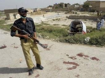Пакистанский полицейский на окраине Кветты. Фото ©AFP