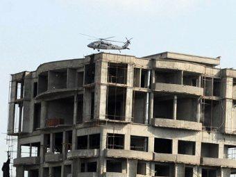 Вертолет над крышей здания, где укрывались боевики. Фото ©AFP