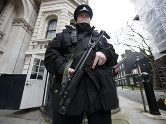 Британский полицейский во время рейда. Фото ©AFP