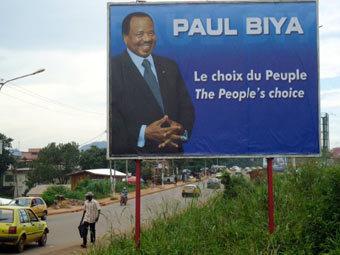 Портрет Поля Бийя на дороге в Камеруне. Фото ©AFP