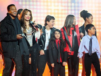 Участники шоу Michael Forever. Фото ©AFP