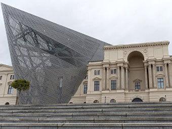 Даниэль Либескинд пристроил к военному музею стеклянный клин