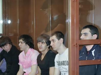Аслан Черкесов (крайний справа) и другие обвиняемые по делу об убийстве Егора Свиридова. Фото пресс-службы Мосгорсуда, переданное по каналам РИА Новости