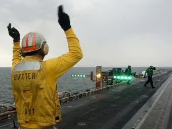 """Оптическая система посадки на палубе авианосца """"Гарри Трумэн"""". Фото с сайта navy.mil"""