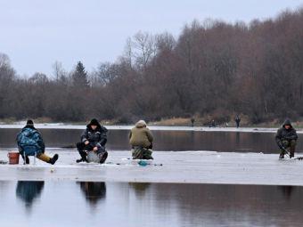 Рыбаки на тонком льду. Архивное фото РИА Новости, Михаил Мордасов