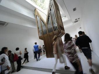 Посетители венецианской биеннале. Фото ©AFP