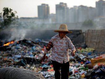 Нищенка на свалке в Китае. Фото ©AFP
