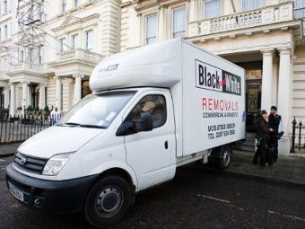 Машина для перевозки вещей у здания посольства Ирана в Лондоне. Фото ©AFP
