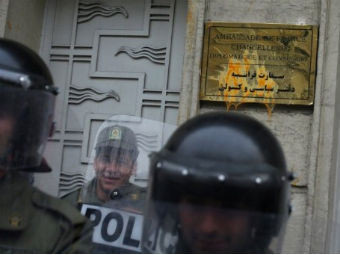 Иранская полиция у атакованного демонстрантами посольства Франции. Архивное фото ©AFP