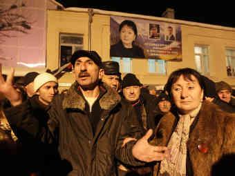 Алла Джиоева со своими сторонниками. Фото РИА Новости, Михаил Мокрушин