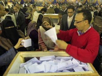 Сотрудники египетского ЦИК подсчитывают голоса избирателей. Фото ©AFP