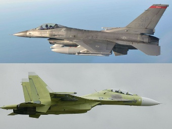 F-16 (сверху) и Су-30МК2. Фото с сайтов af.mil и knaapo.ru