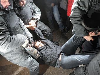Задержание одного из участников акции на Триумфальной площади. Фото РИА Новости, Григорий Сысоев