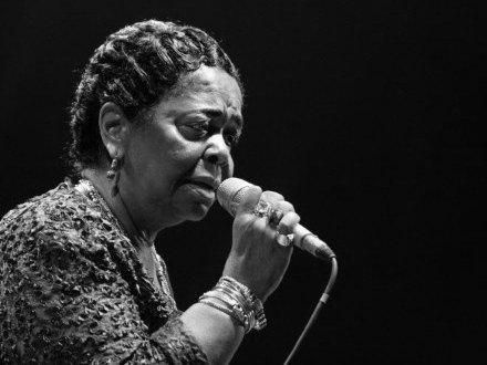 Певица Сезария Эвора скончалась 17...