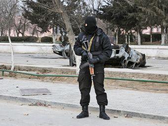 Сотрудник правоохранительных органов на одной из улиц Жанаозена. Фото РИА Новости, Анатолий Устиненко