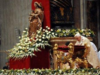 Папа Римский во время рождественской мессы в Ватикане, 24.12.2011. Фото ©AFP