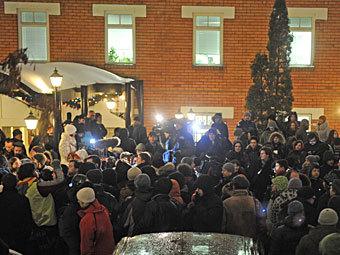 Журналисты и участники акции в поддержку Сергея Удальцова около Тверского суда. Фото РИА Новости, Владимир Астапкович