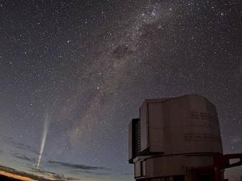 Комета Лавджоя на фоне Паранальской обсерватории. Фото ESO