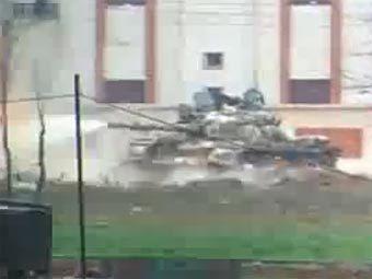 Танк в Хомсе. Скриншот с сайта YouTube