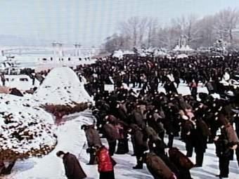 Участники митинга в память о Ким Чен Ире. Кадр северокорейского ТВ, переданный ©AFP