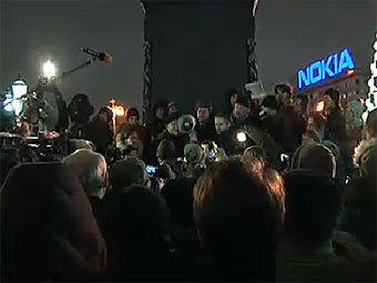 Акция в поддержку Сергея Удальцова около памятника Пушкину. Кадр из трансляции RFE/RL