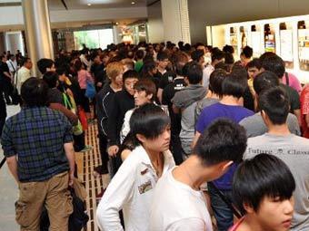 Толкучка в магазине Apple в Китае. Фото ©AFP