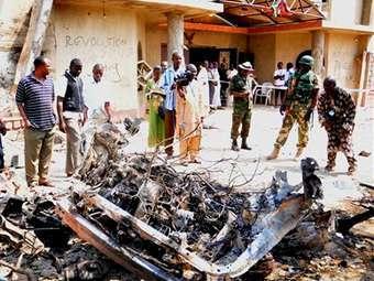 Нигерийцы возле обломков взорвавшегося автомобиля. Архивное фото ©AP