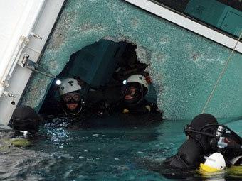 """Спасатели на """"Коста Конкордиа"""". Фото ©AFP"""