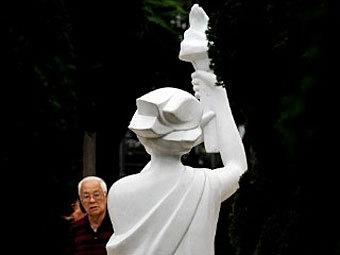 Аналогичная статуя богини демократии в Гонконге. Фото ©AFP