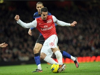 "Робин ван Перси в матче с ""Манчестер Юнайтед"" 22 января 2012 года. Фото ©AFP"