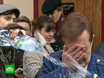Дмитрий Путенихин обливает прокурора 28 октября 2011 года. Кадр телеканала НТВ