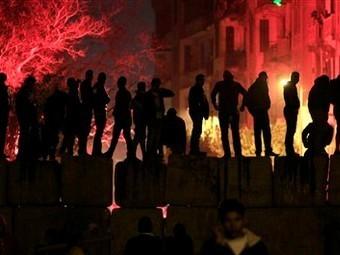 Около 400 человек пострадали в результате разгона демонстрации у здания МВД в Каире вечером в четверг...