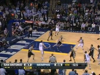 """Эпизод матча """"Сан-Антонио"""" - """"Мемфис"""". Кадр ролика с официального сайта НБА"""