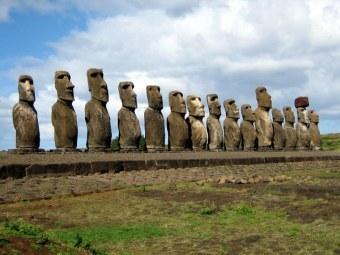Моаи на острове Пасхи. Фото Ian Sewell/wikipedia.org