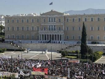 Демонстранты у здания парламента в Греции. Фото ©AFP