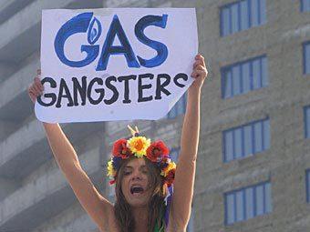 """Активистка движения Femen у офиса """"Газпрома"""". Фото ИТАР-ТАСС, Сергей Фадеичев"""
